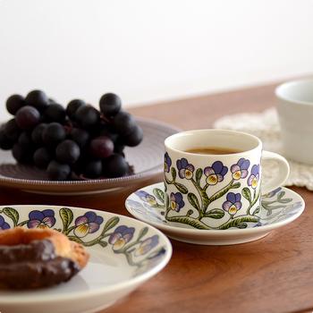 北欧を代表する食器として、多くの人々に愛されるARABIA。シンプルながらもデザイン性の高いアイテムは、いつでもどこでも絵になるスグレもの。カップ1つで、しあわせな気分に!