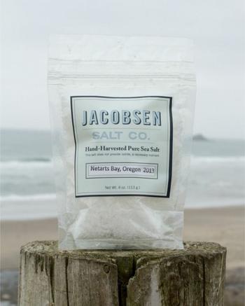 例えばこちらのJACOBSEN SALT(ジェイコブセン・ソルト)。お塩に人名がついているのって、不思議だと思いませんか?実はこれ、創業者ベン・ジェイコブセンの名前。彼は塩に魅せられて世界中を旅し、オレゴン州のネターツ湾へ。自ら車で海水を運び、伝統的な製法で、手造りの塩を作りました。