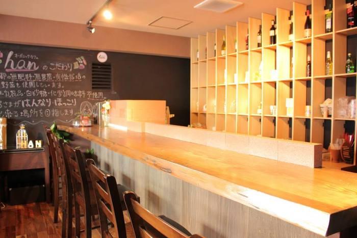 オーガニックカフェ hanは、木のぬくもりが温かい明るいお店です。女性客が多く女子会がよく開かれているようですが、お一人様でも居心地がいい雰囲気です。