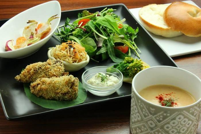 ここで出されるのは、オーガニックな京都の直送野菜が使われたメニュー。穀物や野菜が中心となる、マクロビオティックのお料理が豊富です。