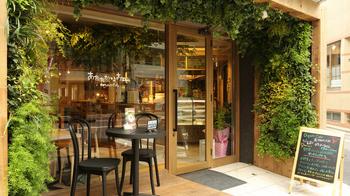 吉祥寺駅から井の頭公園に向かって歩いていると、緑に囲まれたレストランにたどり着きます。そこが、Organic Cafe あたたかなお皿です。明るい店内は外からでも見えるので入りやすく、入り口近くには雰囲気の良いテラス席もあります。