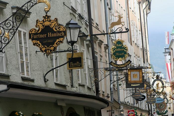 ドイツ語が読めない観光客にも、この看板によって各商店に何が売られているのを理解することができ、昔の人々の知恵を実感することができるでしょう。