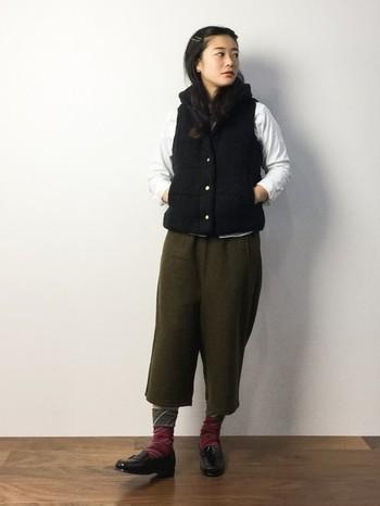 オックスフォードシャツ×ダウンベスト。マニッシュなアイテムながらサイズ感のバランスで女の子らしい印象にまとまった着こなしです。