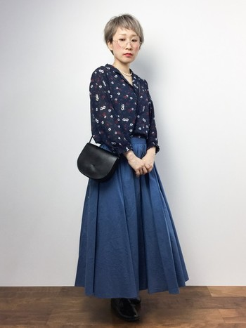 ブルーのロングスカートを合わせて。同系色ですが小花柄のシャツも映えるおしゃれコーデです。