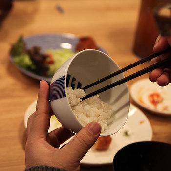 東屋の花茶碗は、今ではあまり見かけなくなった底が広く少し背の高いタイプ。ご飯を食べ進めると、中の染付が顔を出します。スタイリッシュな柄で和のテイストが強すぎないので、洋食メニューとの相性も抜群です。