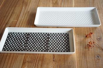 波佐見焼きの角皿。模様は手作業で付けられているので、一つ一つ少しづつ違った表情を楽しむ事が出来ます。お刺身はもちろん、カルパッチョなどを盛り付けても素敵。取り皿としても活躍してくれます。
