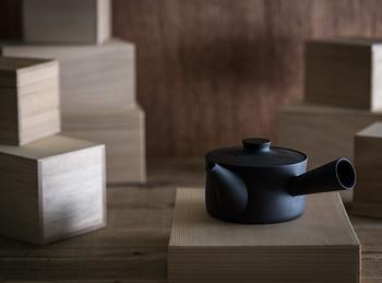 急須もまた、その形を変えつつあるアイテムでもあります。yumiko iihoshi porcelain(ユミコ イイホシ ポーセリン)の急須は、昔ながらの丸いフォルムが一変。スタイリッシュでスマートに変身しました。置いておくだけでも絵になる急須。思わず緑茶が飲みたくなりますね。