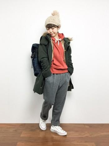 パーカーとモッズコートを合わせた冬のレイヤードスタイル。トレンドのテラコッタカラーとモスグリーンの組み合わせが素敵です◎