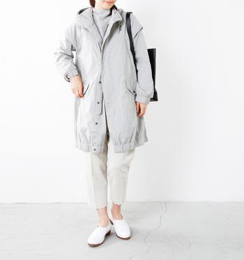 ライトグレーが大人っぽくマットな質感なモッズコートは、上品な雰囲気なのできれいめなパンツスタイルにも◎ライトカラーは春先まで活躍してくれそう!