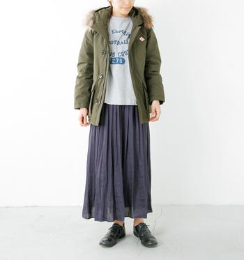 ダウン入りの機能派モッズコートは、寒い日の相棒として活躍してくれること間違いなしのアイテムです。プリーツスカートと合わせると、トレンド感とフェミニンさがプラスされますね。