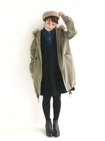 モッズコートの下にジャンパースカートを合わせると、ナチュラルガーリーな雰囲気に仕上がります。ゆったりとしたサイズのモッズコートは、インナーをダークカラーでまとめるとスッキリと見えますね。