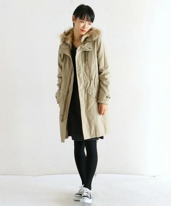 優しい雰囲気のベージュのモッズコート。すっぽり包み込んでくれるロング丈のミリタリーコートは、一枚で様になるアウターです。