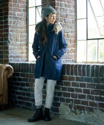 デニム風の生地で仕立てた、カジュアルな雰囲気のモッズコート。冬のアクティビティにピッタリのコーディネートですね。細身のホワイトパンツを合わせるとすっきり軽やかな印象に。