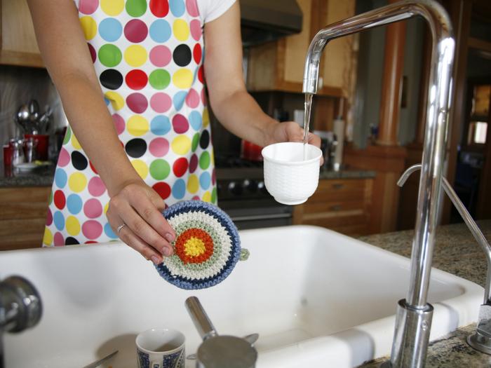 食器洗いにアクリルたわしを使うと、茶渋やコーヒー、グラスの曇りなどをとっても綺麗にしてくれるのでおすすめです。30℃前後のぬるま湯を使うとさらに効果的ですよ。油汚れが酷いお皿などの場合は、あらかじめ新聞紙やキッチンペーパーでよく拭ってから洗うようにしましょう。