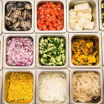 ベースとなるミックスリーフの上には、20種類以上の旬の野菜やお肉、玄米からお好きなものをトッピング。ドレッシングも10種類以上の中から選べます。