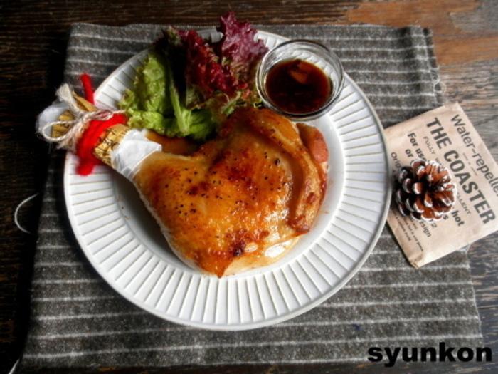 骨付きの鶏もも肉さえあれば、あとはいつも使っている調味料だけでOK!フライパンで簡単に焼ける、ローストチキンのレシピです。いつもお肉を焼く感覚で、クリスマスにぴったりの豪華なメインに。普通の鶏もも肉でも美味しくできますよ。
