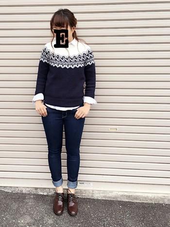 フェアアイルセーターとの重ね着も素敵。袖口はターンバックさせ、第2ボタンまで開けて抜け感を出すのがコツです。