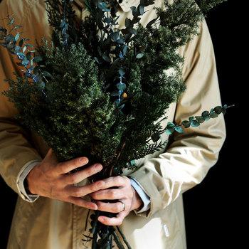 クリスマスならではの、生い茂るモミの木をイメージした「コニファーグリーン」は、青みがかった冬の森を思わせる深い緑色が特徴です。