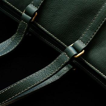 ベージュのやさしいステッチと深いグリーンの対比も魅力的。