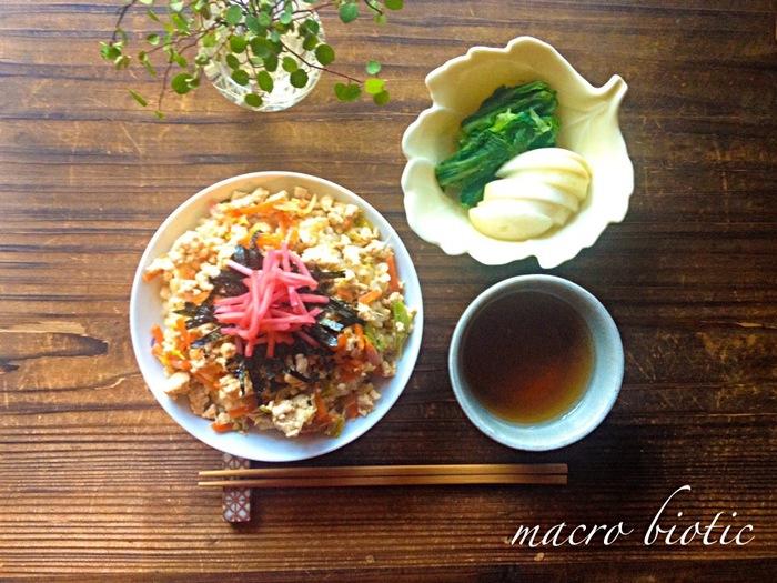しっかり食べておきたい朝には丼ぶりご飯もおススメです。たっぷり野菜とお豆腐を優しい味で煮て仕上げると、程よいボリュームでお腹も栄養面でも満足の一品の出来上がり♪