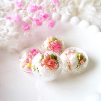 ミニチュアブーケをシャボン玉に閉じ込めたような、ロマンチックなガラスドーム。プリザーブドフラワーならではの、鮮やかな色合いがポイント。お花や植物がお好きな方にオススメです。