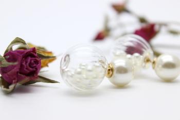 ガラスドームアクセのマスト、ホワイトパール。香水瓶のような繊細なガラスデザインが上品な存在感を放つアイテムです。