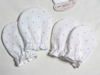 赤ちゃんが自分で顔を引っかいて傷を付けてしまわないよう、ミトンを用意するママも多くいます。ガーゼなどを使って柔らかいミトンを手作りしてみましょう。手縫いで作る方が、より肌触りが良くなるそうですよ♪