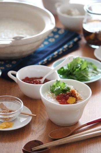 シンプルな白米のお粥にみえて、実はお餅入りというサプライズの一品。お漬物や常備菜などトッピングをあれこれ変えて楽しめます。
