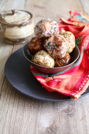 こちらは【ごま油香るかつお味噌玉】の他に【山椒香るサツマイモ味噌玉】【イタリアン味噌玉】と一味違うアレンジ版の味噌玉!たくさん作ってお弁当にも持っていきたいですね。