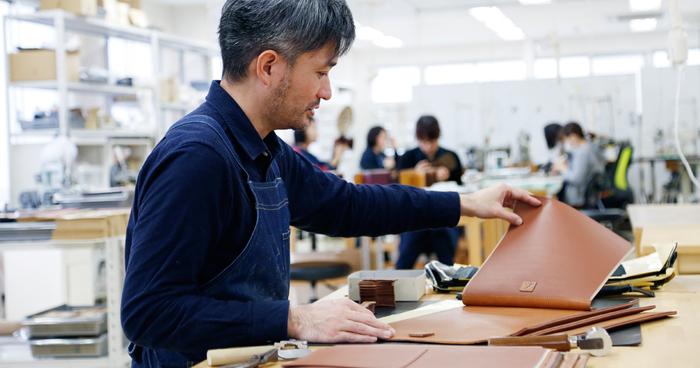 大人用の革製品も、ランドセルと同じように、職人が丁寧にひとつひとつ仕立てています。