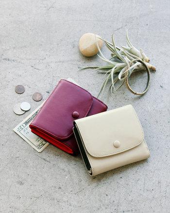 手のひらにほどよく収まるサイズの二折財布は、明るいカラーとフェミニンな外観ながら、容量もしっかりあります。