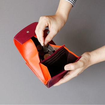 小さめのバッグにも入れやすく持ち歩きしやすいコンパクトサイズですが、小銭入れは大きく開くので見渡しやすく、出し入れもしやすい、普段使いにも便利な財布です。