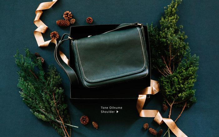 土屋鞄のロングセラー製品で、しっとりとした質感が人気の「トーンオイルヌメ」から、Xmasの限定色が登場。
