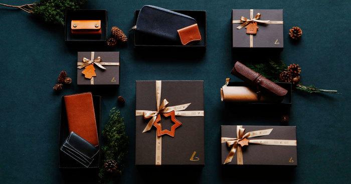 開ける前から革の香りにワクワクしそう。クリスマス限定ラッピングは、素敵な革のオーナメントがついています。