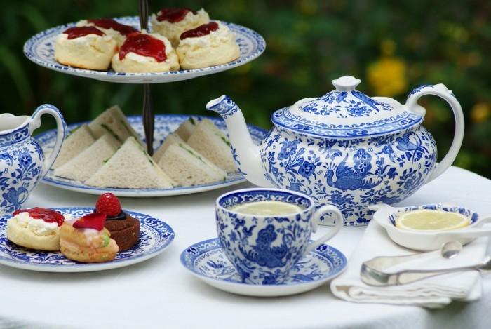 本場のイギリス式ティータイムを楽しむなら、手作りのあたたかみと美しさあふれるイギリスの陶磁器Burleighがいちばん。濃いめの紅茶とともに、ジャムたっぷりのスコーンやキューカンバーサンドを召し上がれ♪
