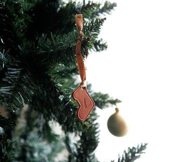 クリスマスツリーに吊るして、革の香りとシックな大人の雰囲気を楽しむのも素敵。