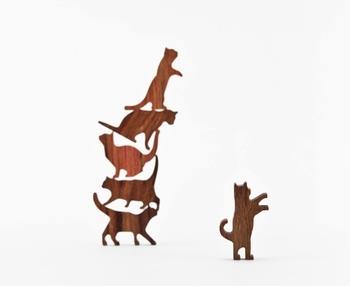そのまま並べて飾ったり、積み上げてゲームをしてみたり。 いろんなポーズの猫と楽しく遊べる、チーク材のハンドメイドの積み木です。祖父の代からの老舗彫刻店に育ち、木竹材に対して特別な思い入れがあるという、 台湾デザイナーCommaの作品です。