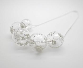 香港のデザインショップSHIMOより、透明感あふれるガラスのネックレス。泡立つようなテクスチャーが面白いですね。