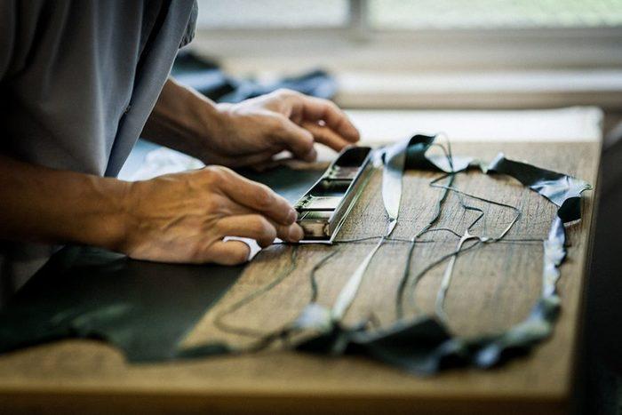 ところが最近では、生産の拠点が海外へ移ったり、職人の方々の高齢化が進んだり・・・。そんな現状をなんとかすべく、株式会社エイトワンと、東かがわ市の手袋メーカーにより「tet.(テト)」を立ち上げました。