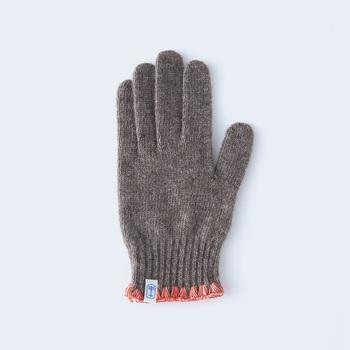 ウールの中でも最高級とされるオーストラリア産のラム80%と、ナイロン20%の配合糸で作られた手袋の袖口は、ハマグリと呼ばれる刺繍が施されています。