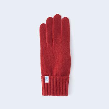 着用した際、手が綺麗に見えるシルエットにこだわって作ったという上質なカシミヤの風合いを引き立てる天竺編みの手袋。