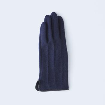 紡績から染色整理加工まで国内で一貫生産のカシミヤ生地を使用。さらに、わずか2mmの縫い代を正確に縫える技術により、着け心地の良さだけでなく、エレガントなシルエットを実現した、冬のお出かけにピッタリの上品な手袋です。