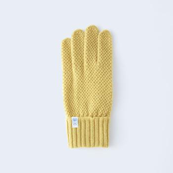 キュートな凹凸が特長の鹿の子編みの手袋は、手の平側は天竺編みで、全体がすっきりしたシルエットになっており、カジュアルなスタイルに似合いそう。