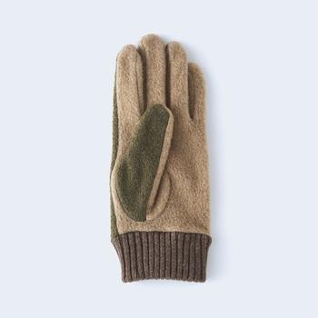 軽量の国産のフリース生地を使った手袋は、レーヨンが入っているので質感もやわらか。デザインも手の甲側と平側で切り替えた絶妙のバランスが素敵。
