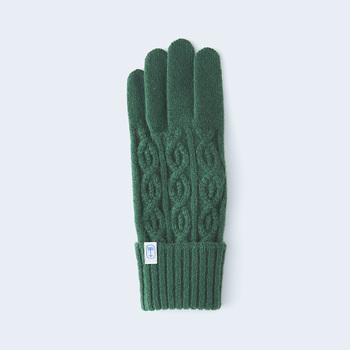 小さめのケーブル柄で作られたケーブルニットの手袋は、すっきりとしたシルエットの、あたたかみのある上品な風合いに仕上がっています。