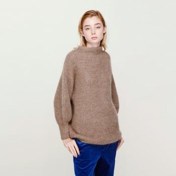 ゆるやかなラインのボトルネックニット。ドロップショルダーとふくらんだ袖口が女性らしく、周囲を和ませるような力の抜けた雰囲気を醸し出します。ふんわりした質感ながら、編み目はざっくり。休日、カジュアルに着たい1枚です。