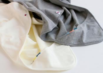 ダルマのマークでおなじみの「ダルマ糸」でも、ベビーグッズのキットを販売しています。既製品に針と糸がセットになった物なので、お裁縫が苦手な方に大変おすすめです。こちらは内側がパイル地になっているおくるみ。好きな場所に縁かがりや刺繍をして、オリジナルアイテムに仕上げます。