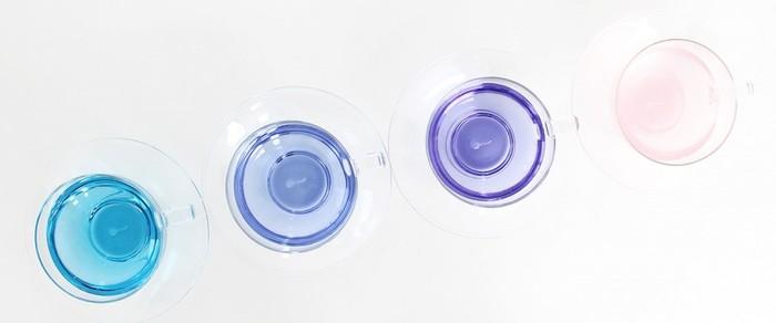 これは4種類のお茶でしょうか?いいえ、実はこれ、全部同じブレンドのハーブティなんです。驚きですよね。お湯の温度や成分によってこんな風に色が変化するのだそう。レモンを入れても、色と香りの変化を楽しめます。