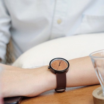 タイの時計ブランド LOOKS の木と革の時計。温かみのあるデザインで女性にも似合いそう。自然の素材を使うことで、エココンシャスなスピリットをモットーにしています。