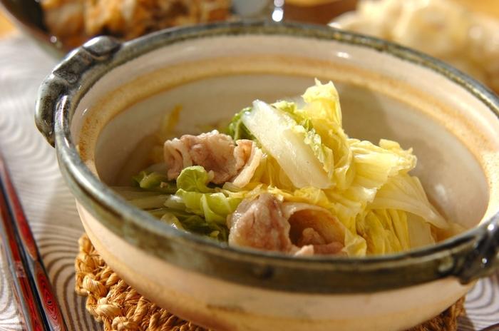 旬の白菜をたっぷりと味わいたい時は、ちょっと大人の風味の酒蒸しもぜひ試してみて!定番のポン酢だけでなく、黄身おろしを添えて食べるのがポイント。酒蒸しにした白菜は、ミルフィーユ鍋とはまた違った風合いが楽しめますよ。